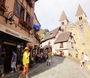 Turistas en Conques - Francia Fotos de archivo