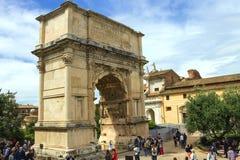 Turistas en cuadrado cerca del arco triunfal de Titus en Roma imágenes de archivo libres de regalías