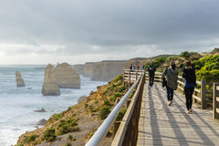 Turistas en doce apóstoles en gran camino del océano en Australia Fotografía de archivo