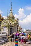 Turistas en el área del palacio magnífico Imagen de archivo libre de regalías