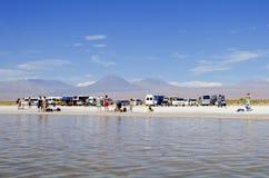 Turistas en el agua salada de Laguna en desierto Foto de archivo libre de regalías