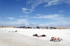 Turistas en el agua salada de Laguna en desierto Fotos de archivo libres de regalías