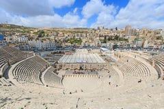 Turistas en el amphitheatre romano de Amman, Jordania Fotografía de archivo