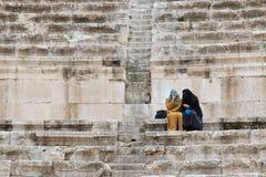 Turistas en el amphitheatre romano de Amman, Jordania Imágenes de archivo libres de regalías