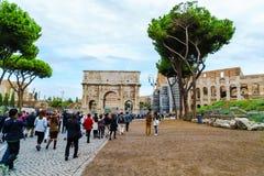 Turistas en el arco de Constantina Fotografía de archivo