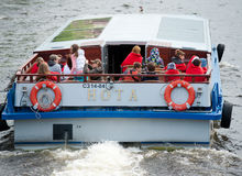 Turistas en el autobús del río, St Petersburg Foto de archivo libre de regalías