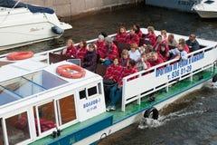 Turistas en el autobús del río, St Petersburg Imagen de archivo libre de regalías