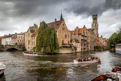 Turistas en el barco, Brujas, Bélgica Foto de archivo