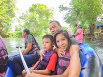 Turistas en el barco inflable que flota en el agua en el río el flujo de presa de Kaeng Krachan en Phetchaburi en Tailandia junio imágenes de archivo libres de regalías