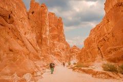 Turistas en el barranco blanco, Sinaí, Egipto imagenes de archivo
