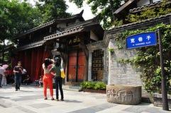 Turistas en el callejón de Kuan de Chengdu Imagen de archivo