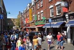 Turistas en el carril del ladrillo, Londres Reino Unido Imagen de archivo libre de regalías