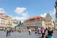 Turistas en el centro de Praga Imagen de archivo libre de regalías