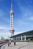 Turistas en el centro financiero de Lujiazui, Shangai, China Imagen de archivo libre de regalías