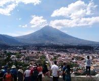 Turistas en el Cerro de la Cruz en Guatemala imagenes de archivo
