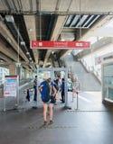 Turistas en el control de seguridad en la estación tailandesa del skytrain de Phaya Foto de archivo libre de regalías