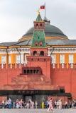 Turistas en el cuadrado rojo cerca del mausoleo de Lenin Fotos de archivo libres de regalías