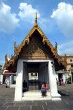 turistas en el ` del templo de Emerald Buddha o de Wat Pra Kaew del ` foto de archivo libre de regalías