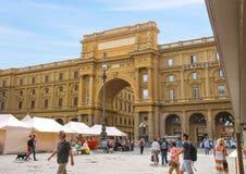 Turistas en el della Repubblica, Florencia, Italia de la plaza Imagen de archivo libre de regalías