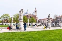 Turistas en el della Valle de Prato en Padua Foto de archivo libre de regalías
