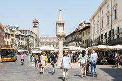 Turistas en el delle Erbe de la plaza Fotos de archivo libres de regalías