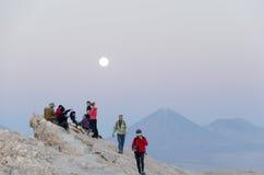 Turistas en el desierto de Atacama del valle de la luna Foto de archivo libre de regalías