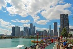 Turistas en el embarcadero de la marina de guerra y el paisaje urbano de Chicago, Illinois Imagen de archivo libre de regalías