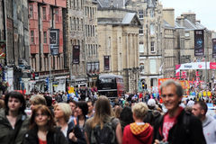 Turistas en el festival de la franja en la milla real en Edimburgo, Escocia, 11 08 2015 imagenes de archivo