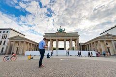 Turistas en el hombre de la puerta de Bradenburg en camisa azul fotografía de archivo libre de regalías
