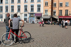 Turistas en el lugar Santo-Jean Imagenes de archivo