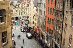 Turistas en el mayor Grassmarket, Edimburgo, Escocia, 11 08 2015 Imágenes de archivo libres de regalías