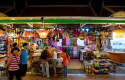 Turistas en el mercado de la noche de Siem Reap, Camboya Fotografía de archivo libre de regalías