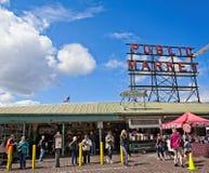 Turistas en el mercado público imagen de archivo libre de regalías