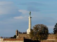 Turistas en el monumento del vencedor fotos de archivo