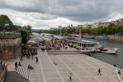 Turistas en el muelle con los barcos de cruceros, París Francia del Sena Imagenes de archivo
