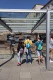 Turistas en el muro de Berlín/la exposición al aire libre Imágenes de archivo libres de regalías