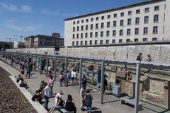 Turistas en el muro de Berlín/la exposición al aire libre Berlín 1933 - 1945 Imagen de archivo libre de regalías
