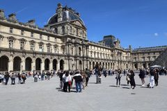 Turistas en el museo del Louvre en París, Francia imagen de archivo