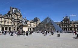Turistas en el museo del Louvre en París, Francia imagen de archivo libre de regalías