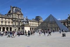 Turistas en el museo del Louvre en París, Francia fotografía de archivo