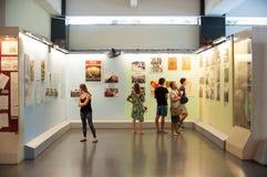 Turistas en el museo los remanente de la guerra en Saigon Fotografía de archivo