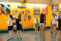 Turistas en el museo los remanente de la guerra en Saigon, Vietnam Imágenes de archivo libres de regalías