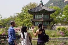 Turistas en el palacio coreano, pabellón de Gyeongbokgung, Seul, Corea del Sur fotografía de archivo