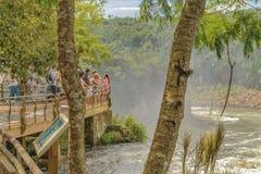 Turistas en el parque de Iguazu en la frontera argentina Imágenes de archivo libres de regalías