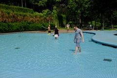Turistas en el parque de Petronas KLCC en Kuala Lumpur foto de archivo