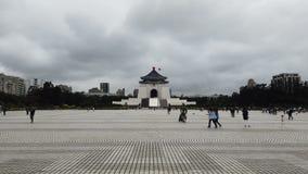 Turistas en el pasillo conmemorativo de Chiang Kai Shek en Taiwán