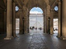 Turistas en el patio principal del Louvre, según lo visto del cobbled Foto de archivo libre de regalías