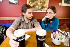 Turistas en el pub de Fitzgerald de Avoca Imagen de archivo libre de regalías