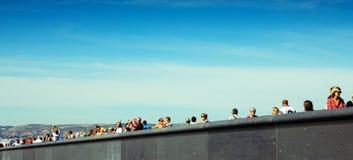 Turistas en el puente Fotos de archivo libres de regalías