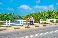 Turistas en el puente Fotografía de archivo